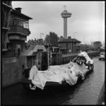 10377 In de Parksluis ligt een binnenvaartschip met witte dekzeilen, de stuntijsberg van de Delftse studentenvereniging ...