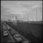 10382-1 Ingang Maastunneltraverse, zijde 's-Gravendijkwal, met auto's in file en een RET-bus rijdt via eigen baan ...