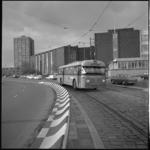 10382-2 RET-bus (lijn 47) rijdt op de G.J. de Jonghweg richting Drooglever Fortuynplein op een vrije baan. Op de ...
