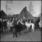 10384 Wethouder R. Langerak temidden van kinderen en pony's op de dag van de opening van kinderboerderij 'De Kraal' in ...