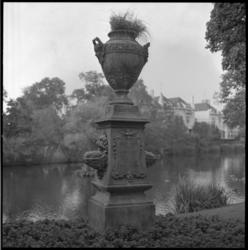 10389 Monument voor de geboorte van Prinses Juliana op 30 april 1909, geplaatst aan de Vijverlaan in Kralingen.
