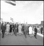 10396 Minister van Verkeer en Waterstaat drs. J.A. Bakker, (met zonnebril) wandelt na de opening met genodigden over de ...