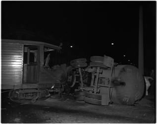 1040-1 Op het kruispunt Wolphaertsbocht-Boergoensestraat heeft een botsing plaats tussen een tramtrein van de R.T.M. en ...
