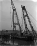 1045 Twee bokken zetten een baggermolen te water in de Waalhaven.