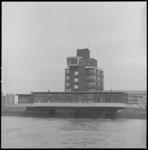 10476 Exterieur Deltahotel in Vlaardingen, gefotografeerd vanaf de waterzijde.