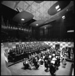 10490-1 Overzicht optredende Rotterdams Operakoor en orkest in Grote Zaal van De Doelen, onder leiding van Piet Struijk.