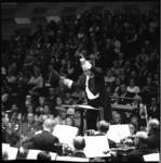 10490-2 Close-up van dirigent Piet Struijk tijdens uitvoering van Rotterdams Operakoor in de Grote Zaal van De Doelen.