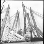 10497 De in de Nieuwe Waterweg gezonken ms. Hornland, omringd door hefbokken van de Duitse firma Ulrich Harms.