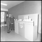 10501 Wethouder J. Worst opent het nieuwe postkantoor in de nieuwe wijk Het Lage Land aan het Samuel Esmeijerplein.