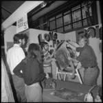 10504-2 Jongeren zijn druk bezig met het inrichten van een stand op de Hippy Happy Beurs voor de Jeugd in Ahoy.