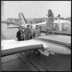 10513-1 Groep mensen bij een vliegtuig van Busy Bee Air Services op Luchthaven Rotterdam.