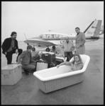 10513-2 Dame in een badkuip bij een vliegtuig van Busy Bee Air Services op Luchthaven Rotterdam.
