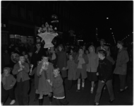 1052 Optocht op de Groene Hilledijk met veel kinderen, in Sinterklaassfeer.