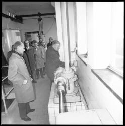 10521 Wethouder H.W. Jettinghoff stelt in het DWL-productiebedrijf aan de Honingerdijk de ruwwaterkoppelleiding met het ...