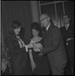 10525 De 17-jarige André Daalmeijer krijgt van wethouder R. Langerak een gouden horloge als dank voor het redden van ...