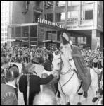 10526-1 Burgemeester Thomassen begroet de paardrijdende Sint Nicolaas op de Coolsingel.