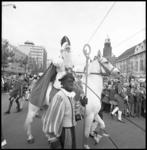 10526-2 Aankomst Sint Nicolaas, te paard, omringd door Zwarte Pieten, op de Coolsingel.