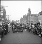 10526-3 De brandweerauto Ahrens Fox rijdt mee in de rijstoet van de gearriveerde Sint Nicolaas op de Coolsingel.
