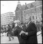 10526-4 Burgemeester W. Thomassen, op het Stadhuisplein in gesprek met de organisator van de Sinterklaas-intocht, Ton ...