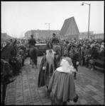 10528-2 Veel publieke belangstelling bij de aankomst van Sint Nicolaas bij de Burcht aan de Van Moorselplaats.