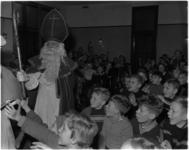 1053-3 De Sint bezoekt de kinderen in het jeugdhuis Piet Hein aan de Voorhaven 57.