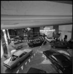10530-2 Overzicht tentoonstellingszaal Hilton met geexposeerde auto's.