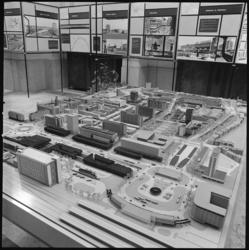 10533 Maquette van Rotterdam Centrum, met onder meer het Centraal Station, het Bouwcentrum, het Groothandelsgebouw, de ...