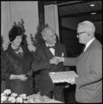 10535 Ir. J.R.A. Koops, hoofdarchitect bij Gemeentewerken, (midden) gaat met pensioen en krijgt van ir. N.J. van der ...