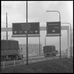 10559-2 ANWB-richtingborden op de verlengde rijksweg 16 ter hoogte van de Alexanderpolder.