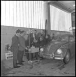 10561 Instructie groep mannen bij garage-apparatuur rond een Volkswagen Kever.