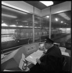 10565-1 Overzicht van een controlepost in het metrostation Zuidplein.