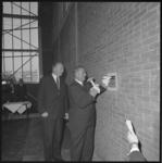 10575-2 Scheepsbouwer Cornelis Verolme beitelt wat stenen weg uit een muur als openingshandeling van de nieuwe ...