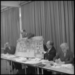 10590-1 Voorzitter van Stichting Sociaal Wijkopbouw Orgaan Prins Alexanderstad, drs. L.A.M. Hoogeveen (staand) toont ...