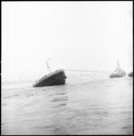 10608 Sleepboot trekt aan binnenvaarttanker Shell 50 die in de Nieuwe Waterweg is aangevaren en waarvan alleen de boeg ...