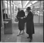 1062 De Nederlandse Spoorwegen houdt een enquete onder de reizigers van de acht Rotterdamse stations.