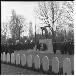 1063 Herdenkingssamenkomst op de begraafplaats Crooswijk door het Korps Mariniers.