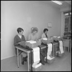 10657-1 Drie dames op rij, met tekstmachines en printrolverwerking.
