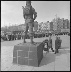 10693 Kranslegging bij het Mariniersmonument aan het Oostplein door Belgische- en Luxemburgse oorlogsinvaliden.
