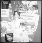 10702 Gemeentelijke folders, gespreid op een tafel.