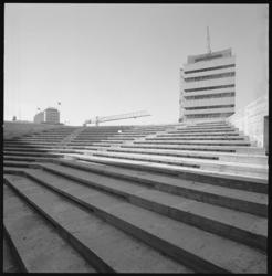 10705 Aula- en schouwburgruimte van het Centrum voor Technisch Onderwijs (Mammoetschool) in aanbouw; met de trappen en ...