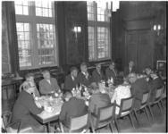 10722 Overzicht bijeenkomst van het college van burgemeester en wethouders van Rotterdam met leden van de delegatie uit Kobe.