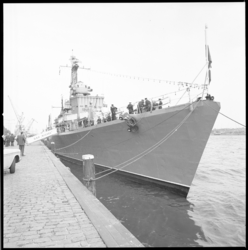 10732 Een Poolse onderzeebootjager bezoekt Rotterdam en ligt afgemeerd aan de Parkkade.