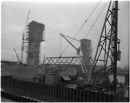 1074-1 De verkeersbrug tussen Capelle- en Krimpen aan den IJssel bij de stormvloedkering wordt geplaatst.