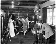 1076 Fotograaf met zijn Rolleiflex 6x6 camera en verlichtingssystemen aan het werk in het mode-atelier aan boord van de ...