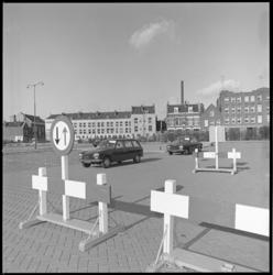 10760 Verkeersborden en Peugeots op terrein van Heliport. Rechts de achterzijde het pand van de Westindische Bananen ...