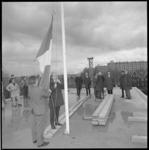 10776 De vlag wordt gehesen op het hoogste punt van het nieuwbouwpand van De Spaarbank aan de Burgemeester Baumannlaan.