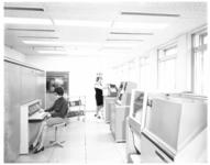 10779 Twee dames aan het werk in de computerzaal van Stichting De Spaarbank in het hoofdkantoor aan de Botersloot.