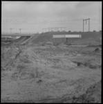 10798 Bouw van station Rotterdam-Alexander; er is een stationskiosk geplaatst naast het talud waar ook de perrons ...