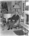 10815-3 Eduard Flipse zit in zijn huiskamer aan de Rozenburglaan naast de piano.