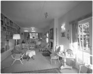 10815-4 Zitkamer met boekenplanken van Eduard Flipse